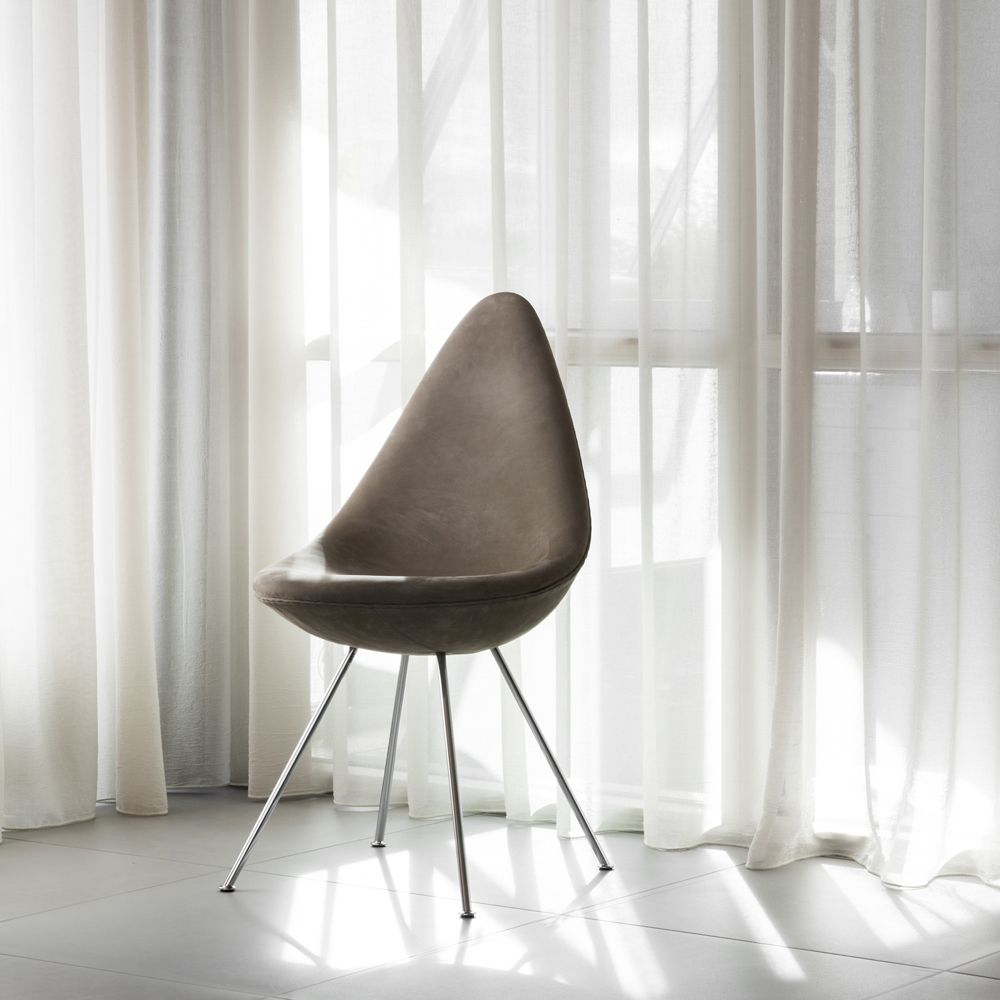 Drop™ Chair by Arne Jacobsen in light grey leather